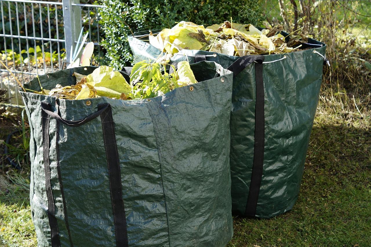 bolsas de basura con restos de poda