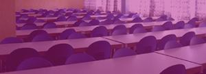 mesas y sillas en un aula