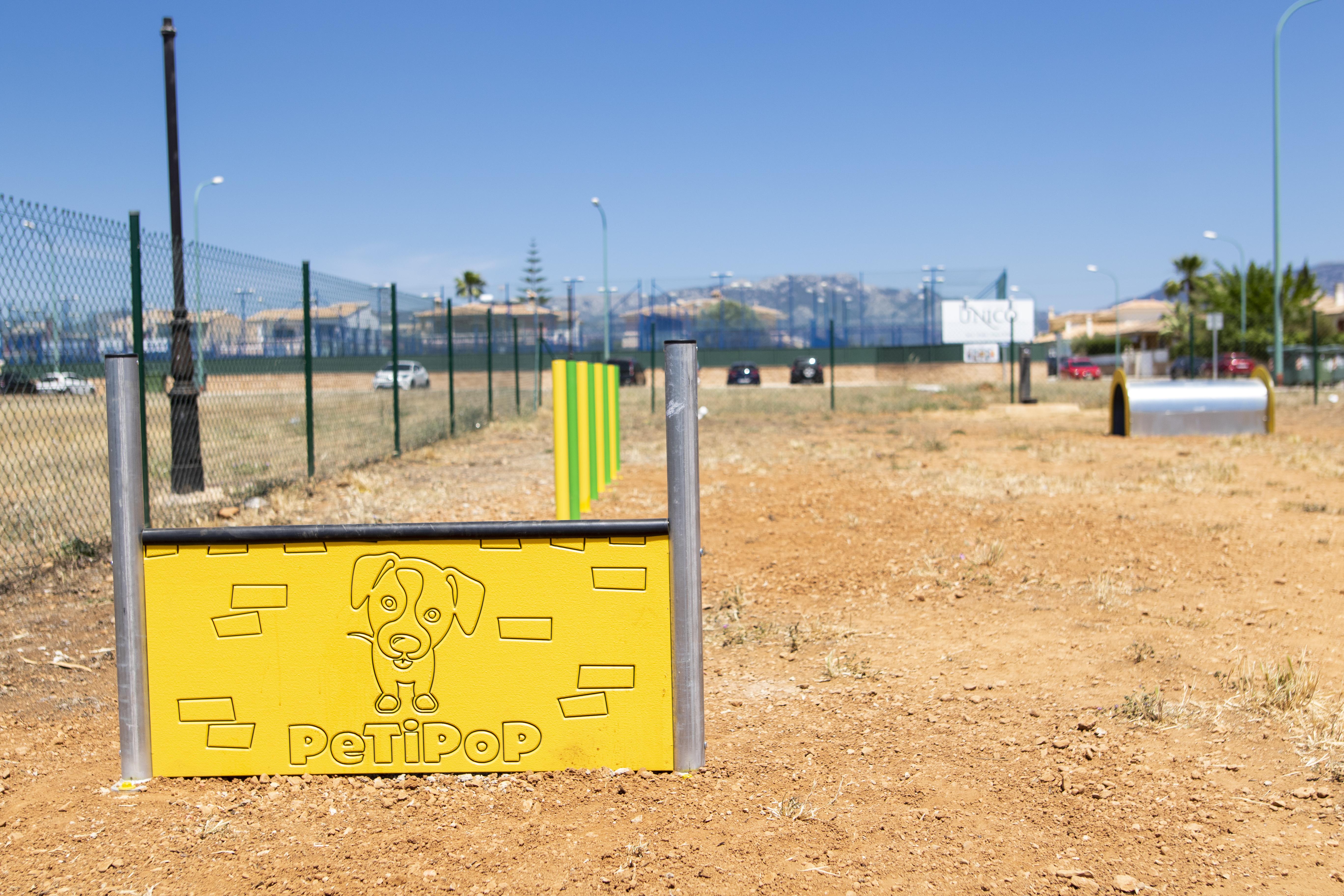 , L'Ajuntament ha instal·lat al 'corre-cans' de Nova Cabana jocs per potenciar l'agilitat i l'exercici físic dels cans