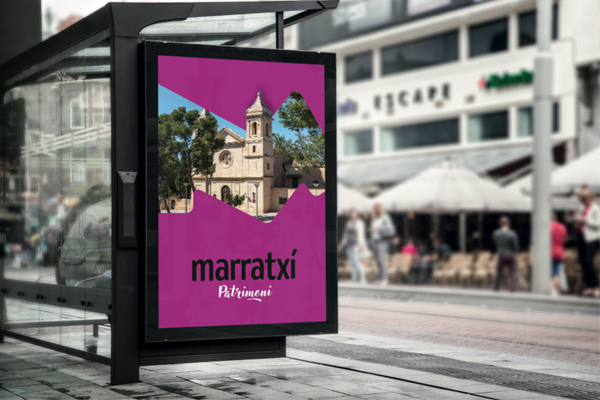 Parada de autobús con poster de Marratxí
