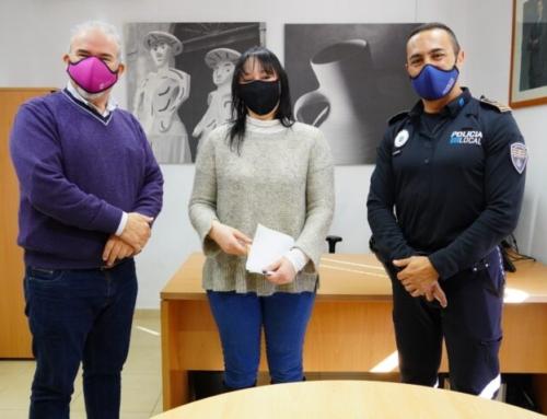 La Policia de Marratxí entrega 250 euros a una dona que se'ls va trobar al carrer fa tres anys i ningú no ha reclamat