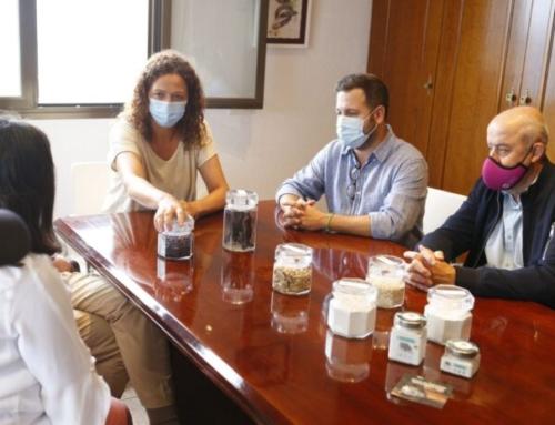 La presidenta del Consell i el batle de Marratxí visiten la fàbrica CAROB